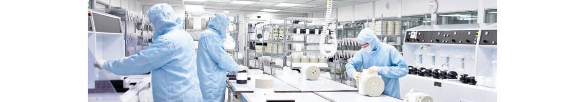 Cleanroom personeel in werkkleding